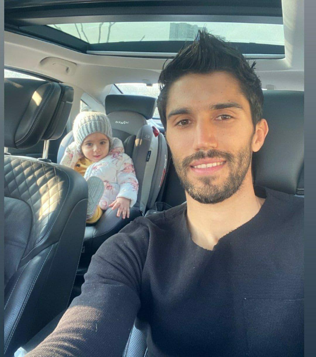 حسین حسینی در کنار دخترش