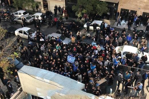 اعتراض هواداران استقلال به مقابل ساختمان باشگاه رسید