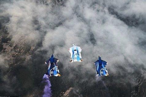 پرواز در ارتفاع ۱۰ هزار فوتی زمین با لباس بالدار الکتریکی! + تصاویر