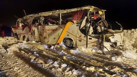 سقوط اتوبوس فوتبالیست ها در جاده کرج - چالوس؛ یک نفر فوت کرد+ عکس و ویدیو