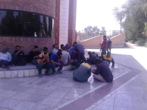 کارگران شهرداری منطقه هشت اهواز خواستار پرداخت مطالبات هستند
