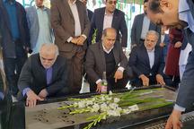 ویژه برنامه های دهه فجر با حضور وزیر اقتصاد در گلزار شهدای زاهدان آغاز شد