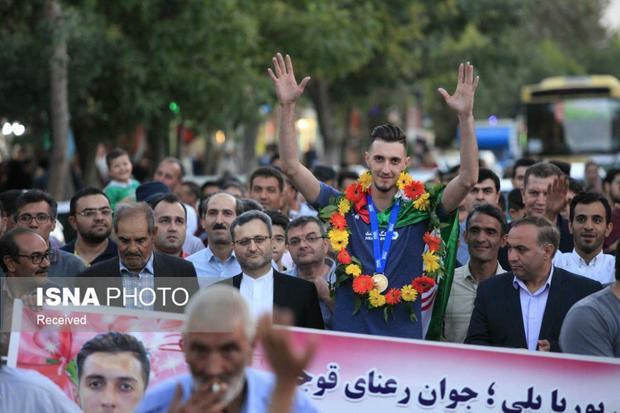 استقبال شهروندان قوچانی از پوریا یلی عضو تیم ملی والیبال