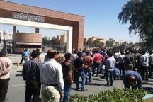 کارگران گروه ملی فولاد اهواز جاده منتهی به استانداری خوزستان را مسدود کردند + تصاویر