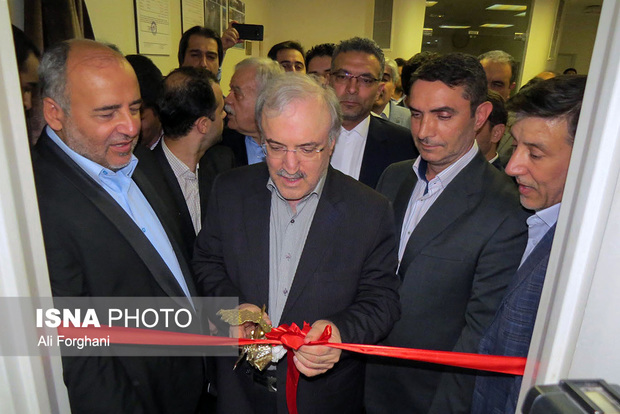 وزیر بهداشت یک شرکت داروسازی را در ساوه افتتاح کرد