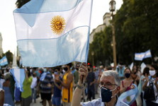 اعتراض گسترده آرژانتینی ها به «تبعیض» در توزیع واکسن کرونا