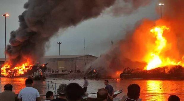 5 فروند شناور در خور بندر گناوه آتش گرفت