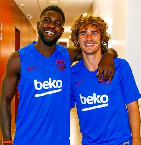 خوش آمد گویی بازیکنان بارسلونا به گریژمان+عکس