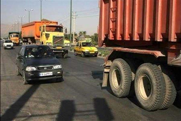 تردد روزانه وسایل نقلیه سنگین از داخل شهر جان مردم بردسکن را تهدید میکند