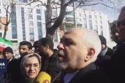 گفتوگوی ظریف در حاشیه راهپیمایی ۲۲ بهمن