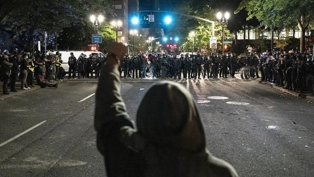 معترضان در شهر پورتلند تندیس های 2 رئیس جمهور  آمریکا را منهدم کردند
