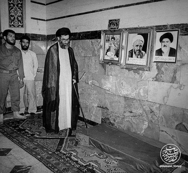 حضور رهبرانقلاب بر مزار آیت الله اشراقی + عکس