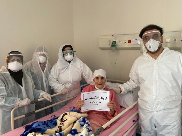 ترخیص بیمار 90 ساله مبتلا به کرونا از بیمارستان فرقانی قم + عکس