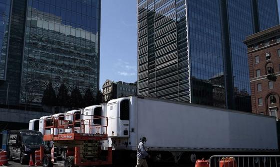 استقرار کامیونهای یخچال دار در خیابانهای نیویورک برای حفظ اجساد قربانیان کرونا+عکس