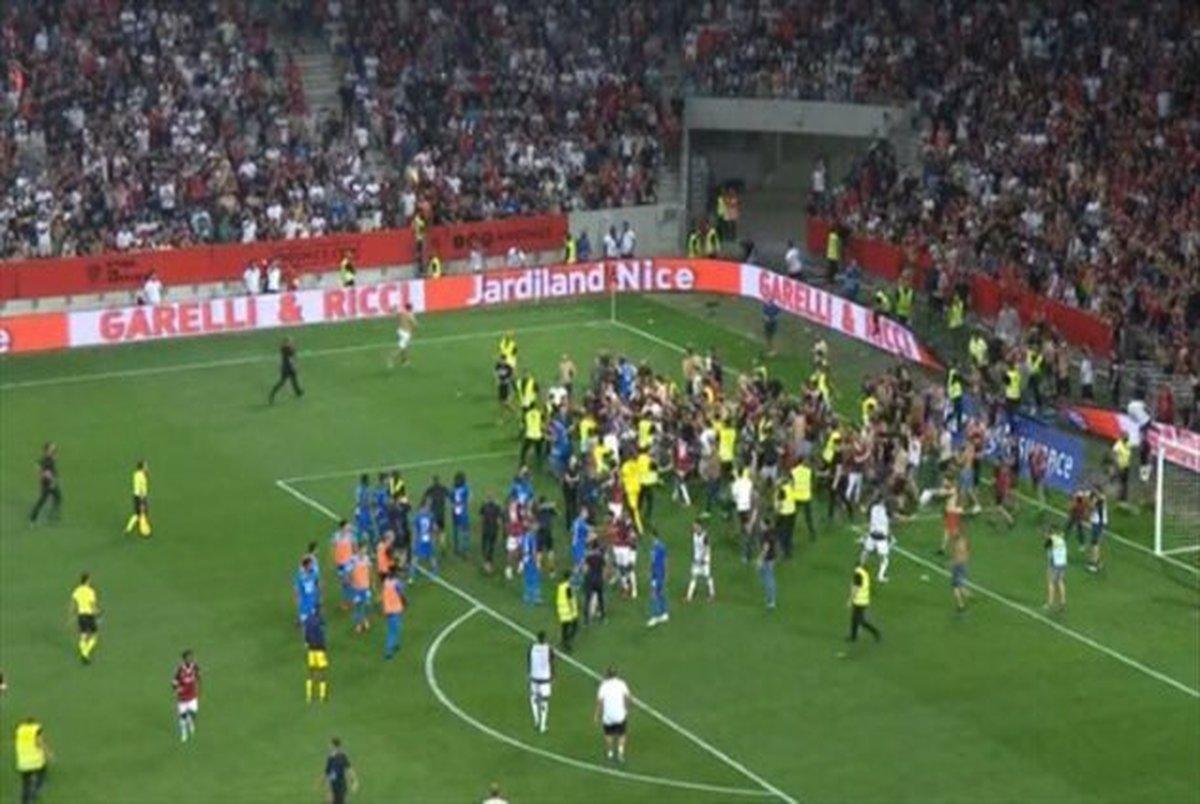 اتفاق عجیب در لیگ فرانسه؛ حمله هواداران به بازیکن سرشناس+ عکس