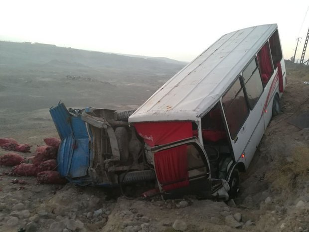 """برخورد مینیبوس با نیسان در محور """"تبریز-ارومیه"""" 16 مصدوم برجای گذاشت"""