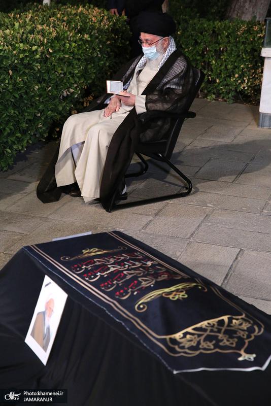 اقامه نماز بر پیکر آیتالله حسنزاده آملی(ره) توسط رهبر معظم انقلاب