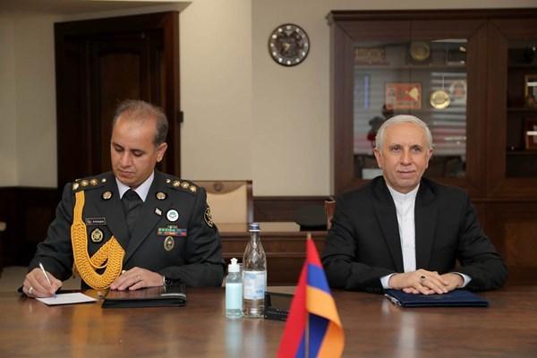 دیدار وزیر دفاع ارمنستان با سفیر ایران در خصوص امنیت منطقه