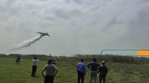 عملیات اطفاء حریق در تالاب انزلی با استفاده از هواپیمای ایلوشین