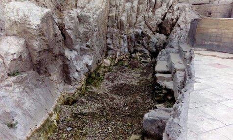 علت خشک شدن آب چشمه علی چه بود؟