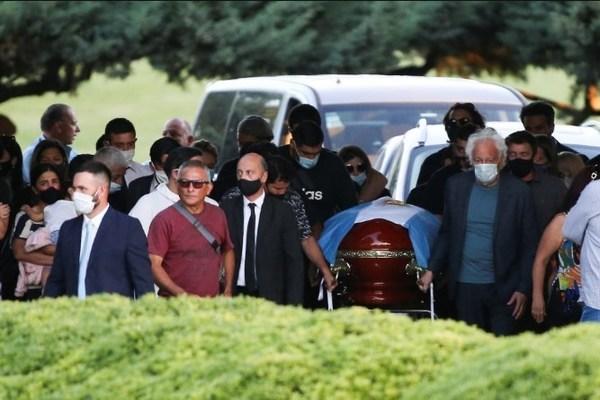 مراسم خاکسپاری مارادونا با حضور گسترده هواداران+ تصاویر و فیلم