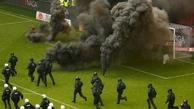 اتفاقی عجیب در بوندس لیگا؛ حمله هواداران هامبورگ به زمین بازی با پرتاب مواد محترقه + فیلم