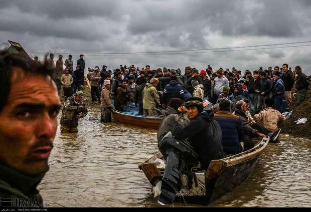 گمیشانی ها برای نجات خانه هایشان به آب زدند