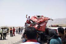 آتش نشانان زنجانی پس از ۲  ساعت راننده خودروی تریلی را بیرون کشیدند