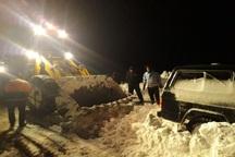12 جوان گرفتار برف در تکاب از یخ زدگی نجات یافتند