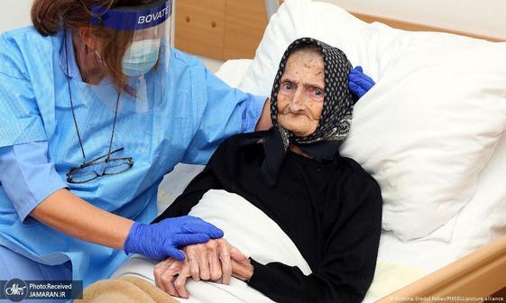 عکس/ نجات پیرزن 99 ساله از کرونا