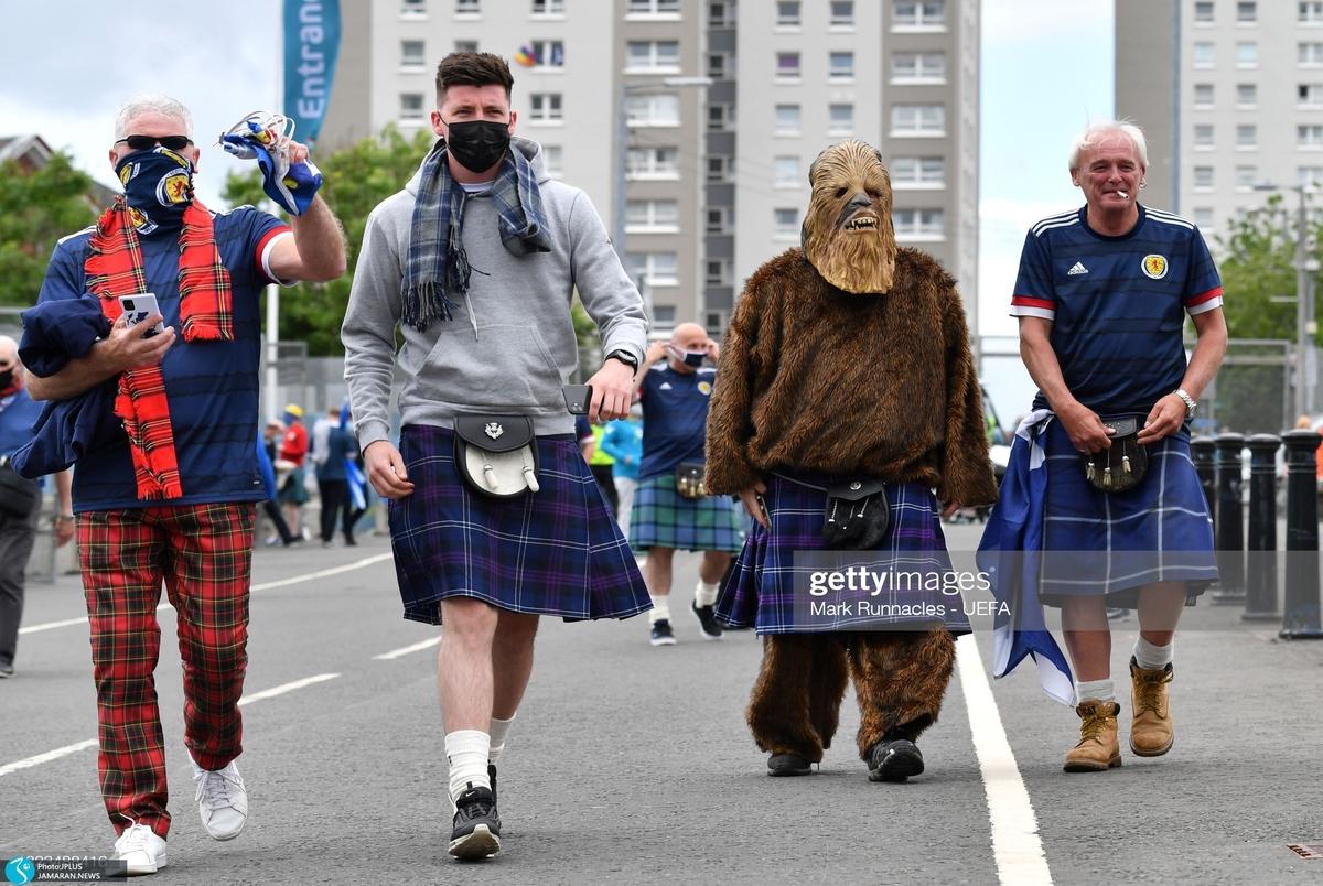 گزارش تصویری از هواداران یورو 2020  از کتابخوان اسکاتلندی تا فرانسوی خروس به سر!