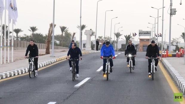 دوچرخه سواری رئیس جمهور مصر در خیابانهای بدون آدم و خودرو+تصاویر