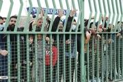 تماشاگران استقلال پشت درهای بسته/ اعتراض شدید پیکانی ها به پنالتی+ عکس و فیلم