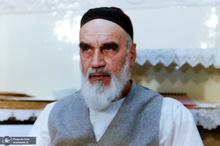ببینید/ واکنش جالب امام خمینی (س) به تابلو فرشی که از روی چهره ایشان بافته شده بود