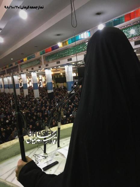 فرزند سپهبد شهید سلیمانی سلاح به دست در نمازجمعه امروز کرمان سخنرانی کرد