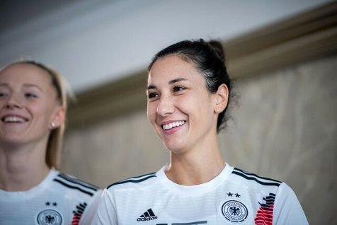 دختر ایرانی تیم ملی فوتبال زنان آلمان: برای همه عجیب بود فوتبال بازی می کنم