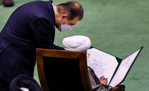 عکسی از آیت الله جنتی در هنگام امضا سوگندنامه رئیسی
