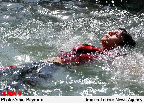 حادثه ناگوار برای 9 دانش آموز در رودخانه جاجرود  سوراخ شدن قایق بادی و فرورفتن داخل آب+ تصاویر