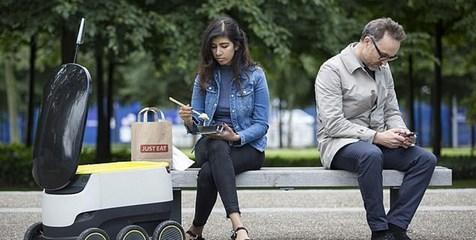 رباتی که غذا تحویل مشتریان میدهد+تصاویر