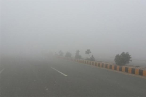 اغلب جاده های زنجان، برفی و مه آلود هستند