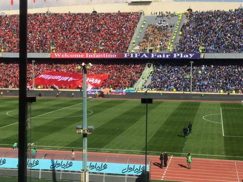 مسابقه طناب کشی بین هواداران پرسپولیس و استقلال+ ویدیو
