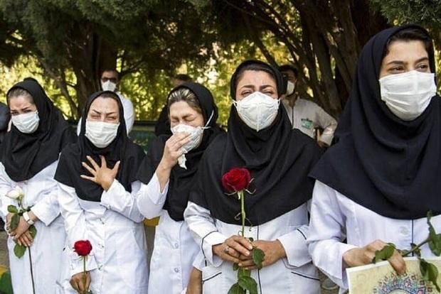 عکسی دردناک از بدرقه پرستار کرجی توسط همکارانش