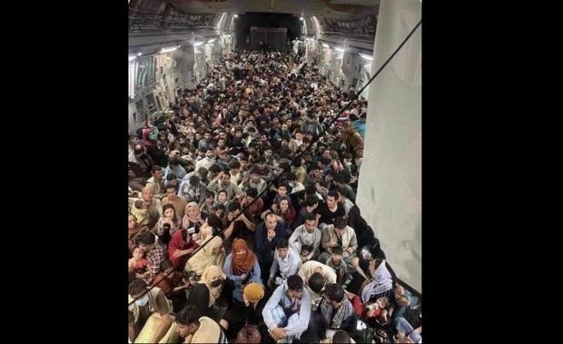 تصویری از فرار مردم افغانستان با هواپیمای ترابری نیروی هوایی آمریکا!