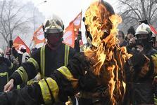 درگیری آتش نشانان معترض با پلیس فرانسه در پاریس+عکس